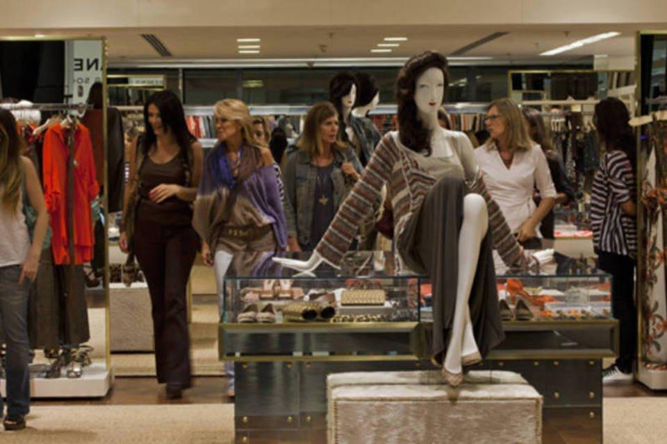Movimento de consumidores da loja Le Lis Blanc, da Restoque, no shopping JK