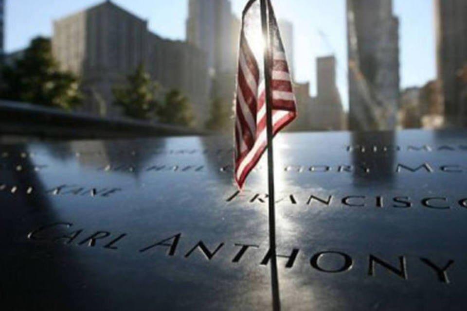 Pequena bandeira americana é colocada no Memorial do 11 de setembro