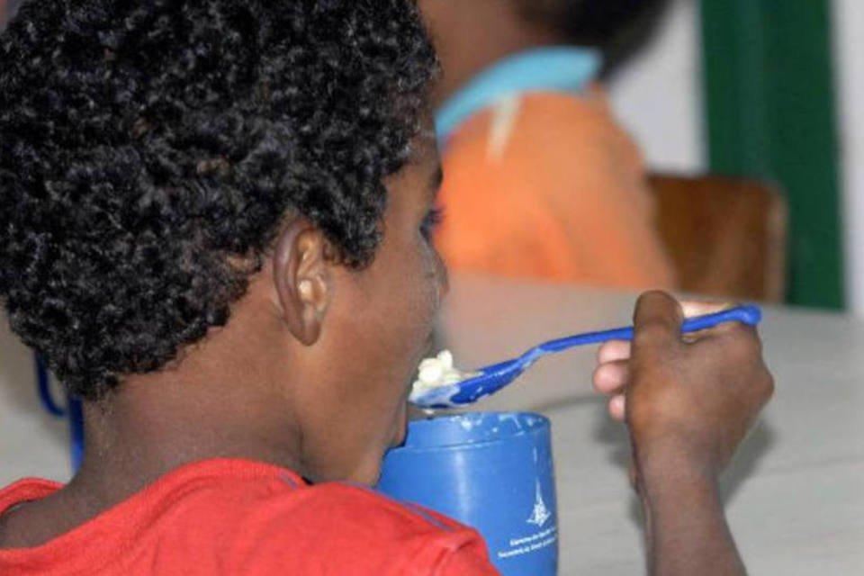 Criança comendo merenda escolar