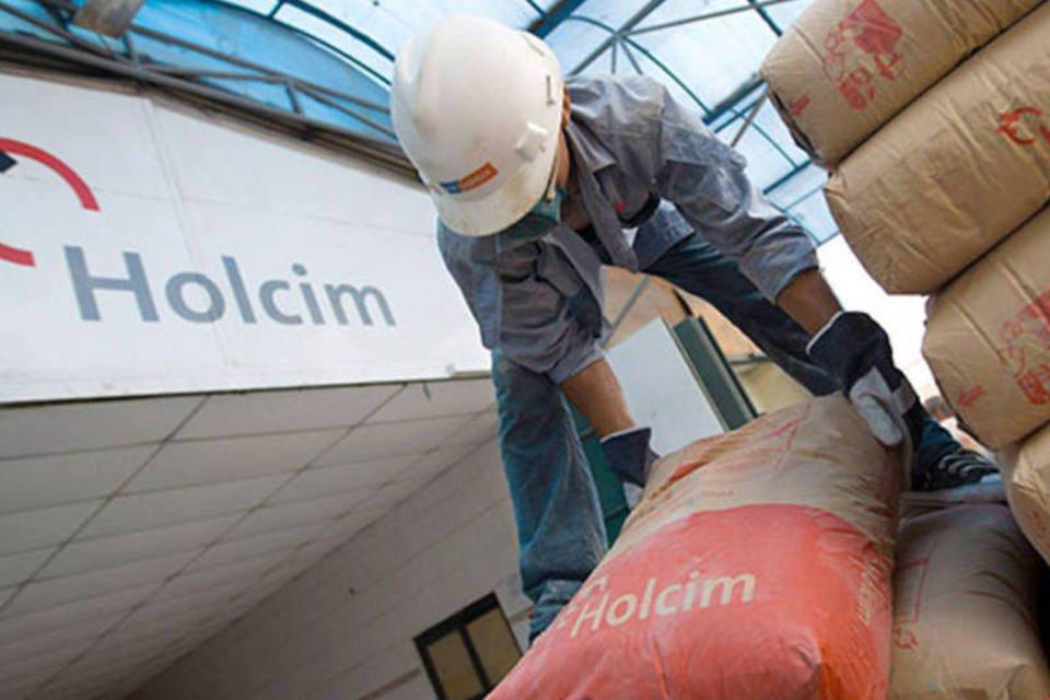 Trabalhador empilha sacos de cimento da Holcim
