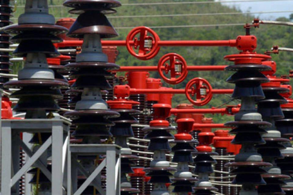 Cabos de alta-tensão da CESP na usina hidrelétrica da companhia em Paraibuna