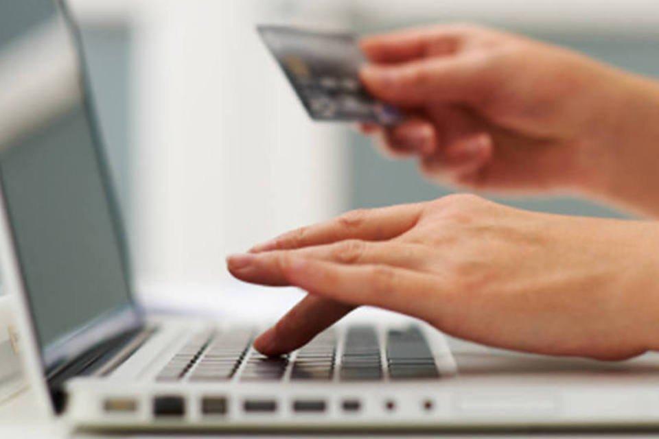 Pessoa faz compras online