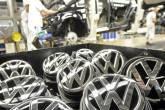 Logotipos de modelos VW Golf VII são dispostos em linha de produção de planta da fabricante de automóveis alemã Volkswagen em Wolfsburg, Alemanha
