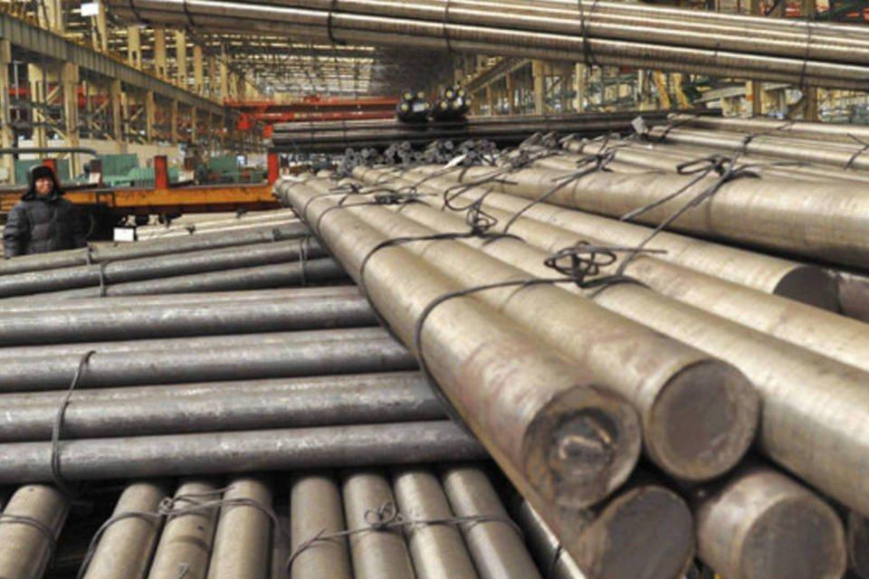 Funcionário observa vergalhões de aço serem erguidos em uma siderúrgica na província de Liaoning, na China