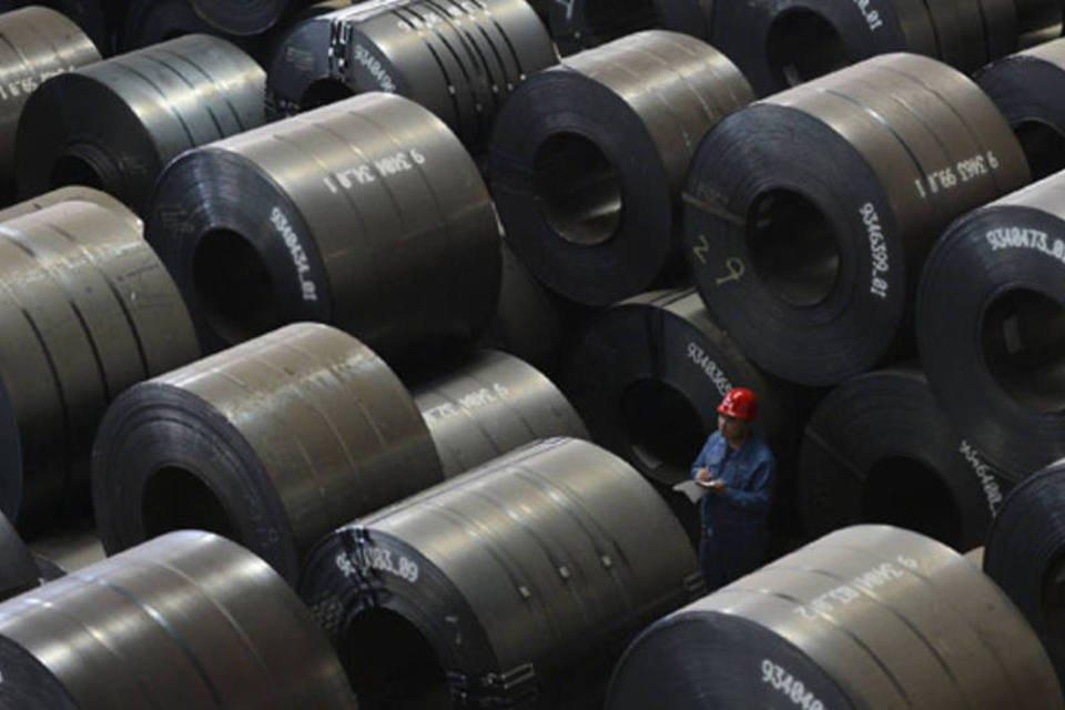 Empregado trabalhando em uma fábrica de exportação de aço em Taiyuan, na Província de Shanxi, na China