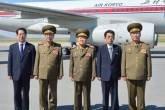 Choe Ryong-hae (Centro), vice-presidente do mais alto órgão militar do país, no aeroporto de Pyongyang com sua delegação antes de viajar para a China como enviado especial do líder Kim Jong-un