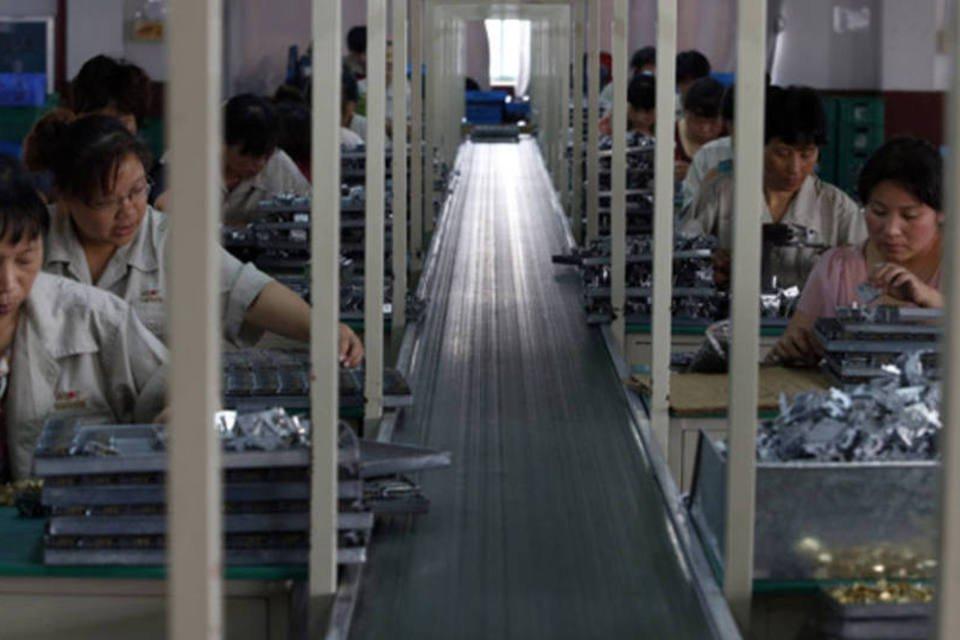 Funcionários trabalhando em uma fábrica em Jinhua, província de Zhejiang, na China