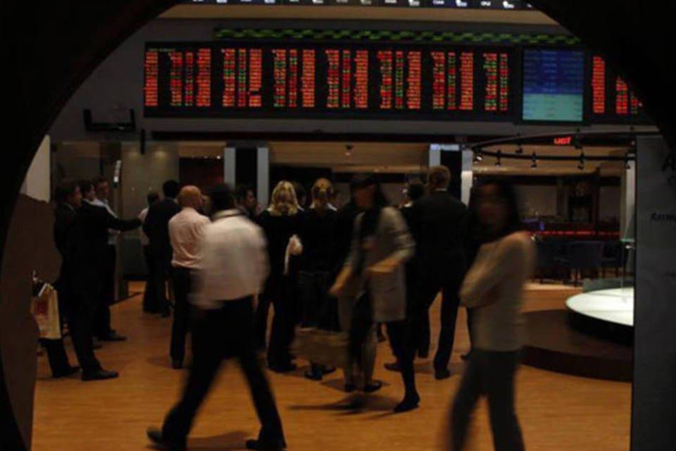 Visitantes observam preços de ações em monitores da BM%26FBovespa, em São Paulo