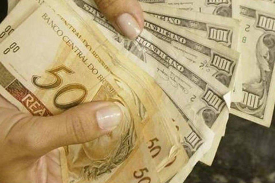 Cliente troca reais por dólares em casa de câmbio do Rio de Janeiro