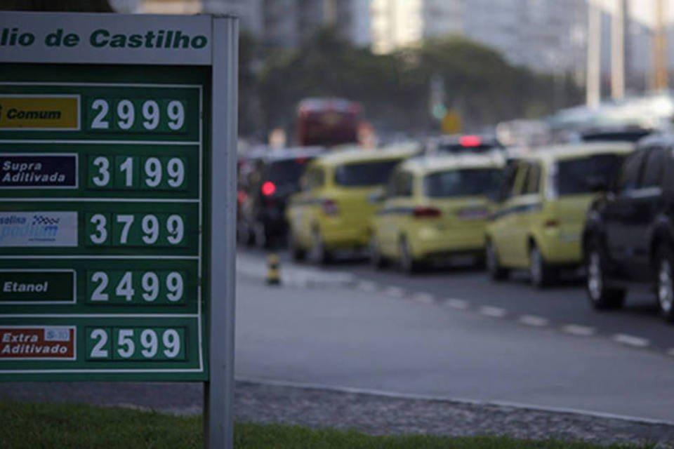 Preços de gasolina, álcool e diesel vistos na placa de um posto de combustível, ao lado do tráfego na praia de Copacabana no Rio de Janeiro