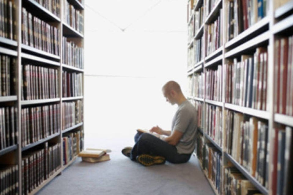 Estudos: homem em biblioteca