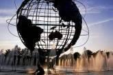 Visão de um globo em uma praça