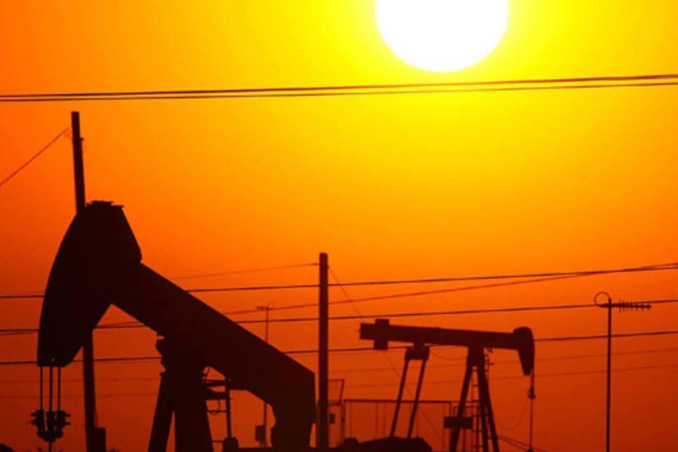 Campo de exploração de petróleo da Chevron na Califórnia