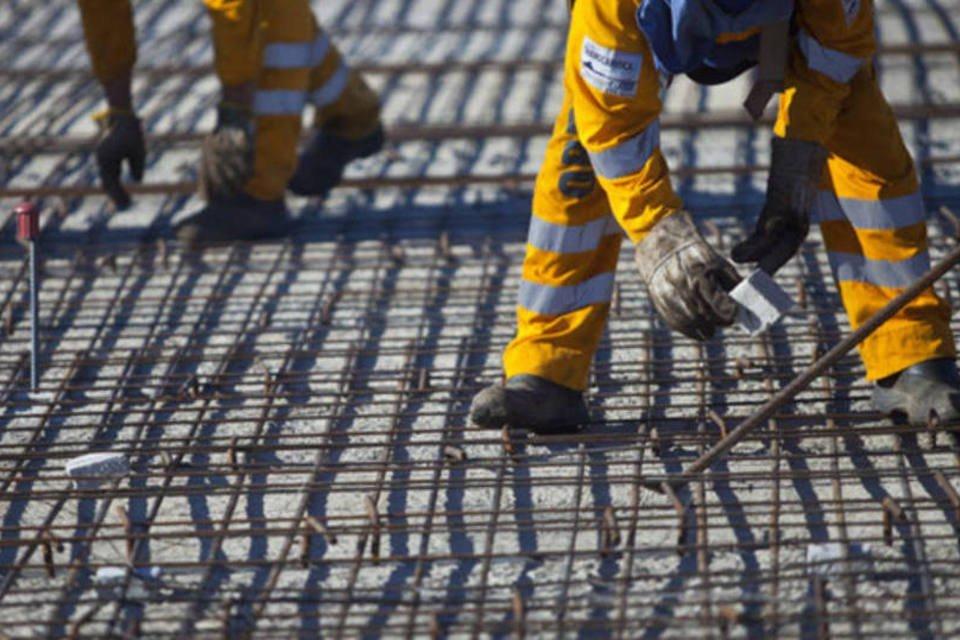 Funcionário da OAS ajusta as barras de aço na construção de uma ponte sobre a baía de Guanabara, no Rio de Janeiro