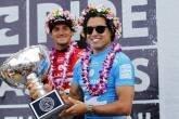 Adriano de Souza, o Mineirinho, com o troféu do campeonato mundial de surfe, dia 17/12/2015