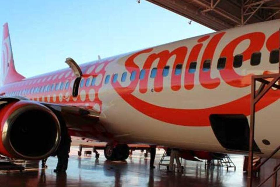 Avião da GOL pintada com logo do programa de fidelidade Smiles