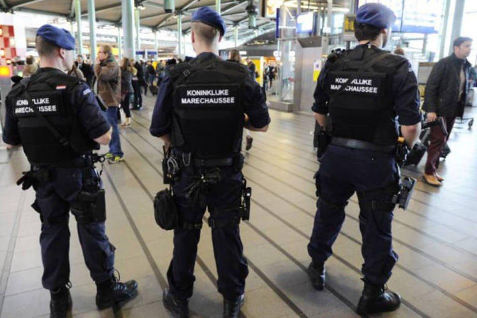 Soldados no aeroporto de Amsterdã, dia 22/03/2016