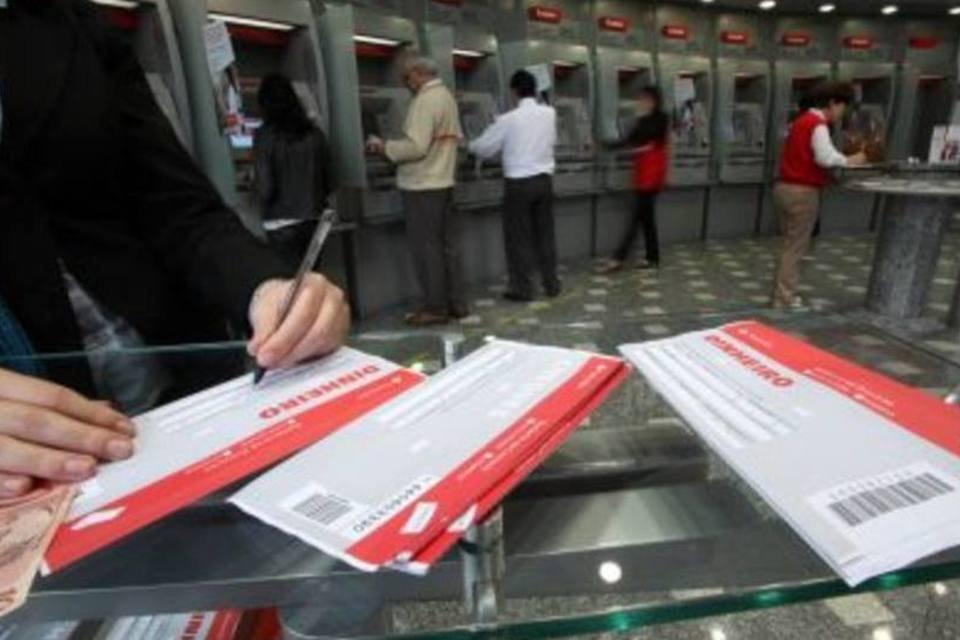Agência bancária em São Paulo: com previsão de alta dos juros, o ideal é antecipar emprético