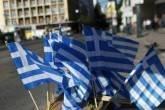 Bandeiras da Grécia em rua de Atenas