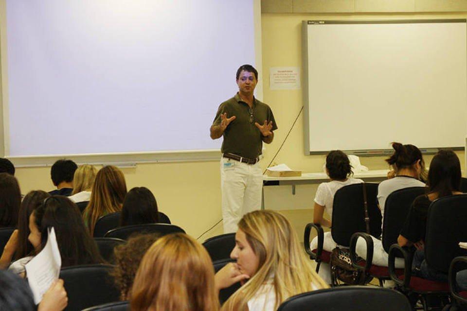 Professor ministra uma aula na Universidade de São Paulo (USP)
