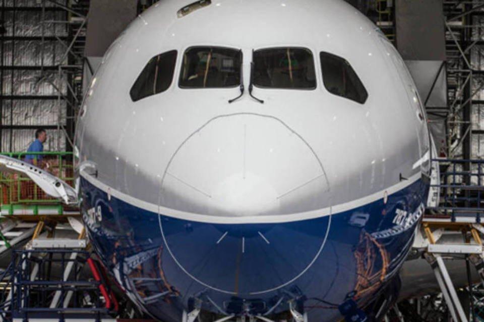 Jato 787-9 Dreamliner da Boeing em um hangar da Air New Zealand no Aeroporto Internacional de Auckland, na Nova Zelândia