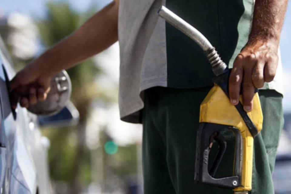 Frentista abastasse carro em um posto de gasolina da Petrobras no Rio de Janeiro