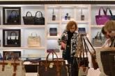 Consumidoras olham bolsas em uma loja da Michael Kors em Boca Raton, Flórida