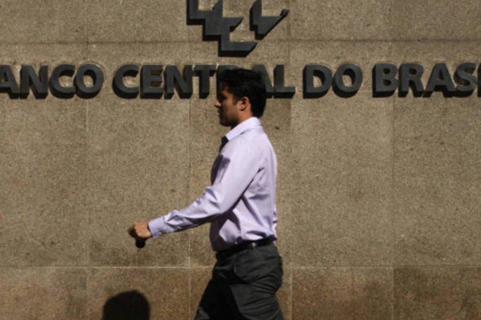 Homem passa em frente a sede do Banco Central, em Brasília