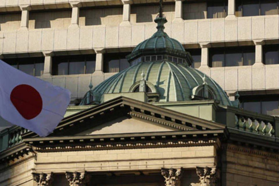 Bandeira japonesa flutua no topo do prédio do Banco Central do Japão, em Tóquio, em dezembro de 2012