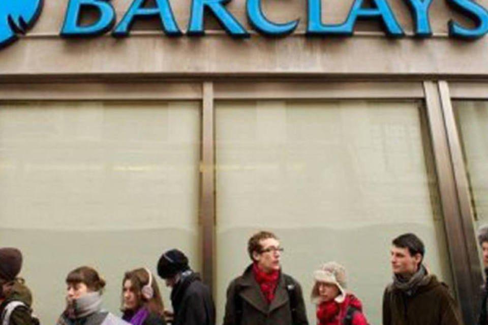 Pessoas fazem fila em frente a prédio do banco britânico Barclays