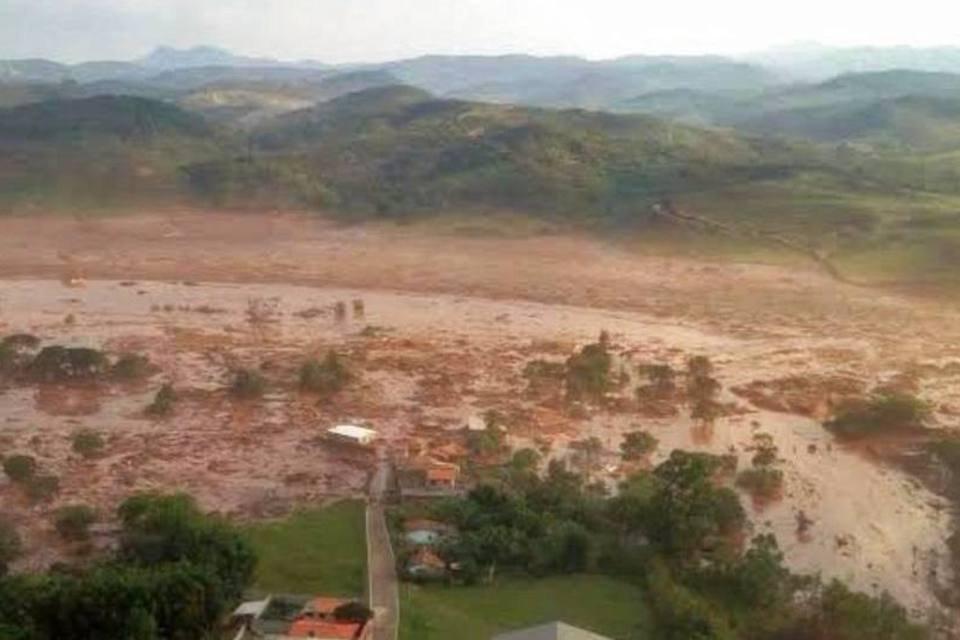 Barragem se rompe e inunda distrito no interior de Minas Gerais