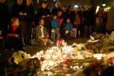 Flores e velas deixadas na calçada em frente à casa de shows Bataclan, local de um dos ataques terroristas em Paris - 14/11/2015
