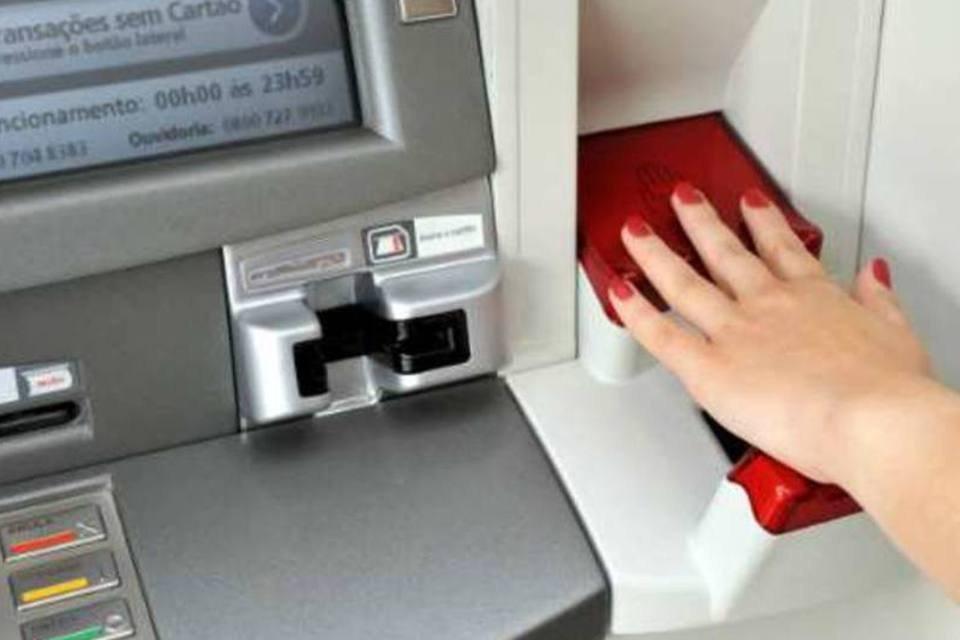 Cliente utilizando leitura biométrica da palma da mão em caixa eletrônico