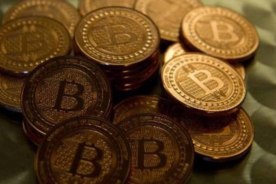 O Bitcoin é uma moeda virtual que pode ser transferida por computador ou smartphone