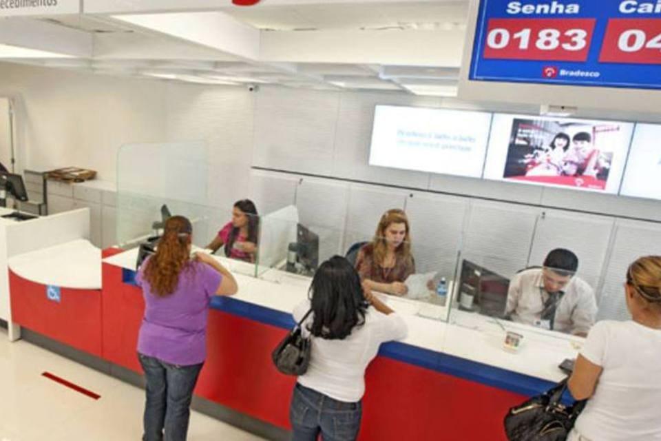 Clientes pagam contas em agência do Banco Bradesco