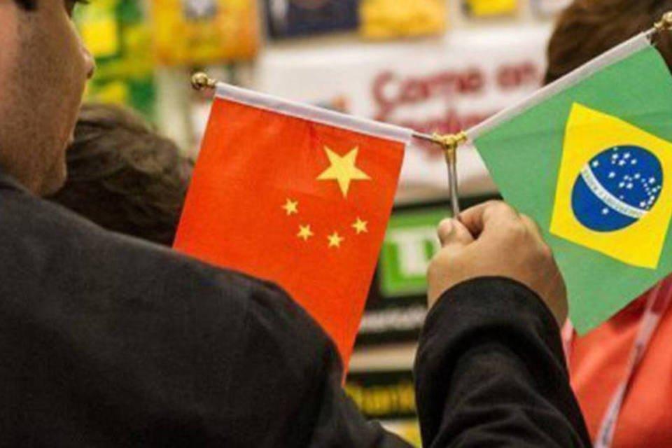 Comprador observa as bandeiras brasileira e chinesa