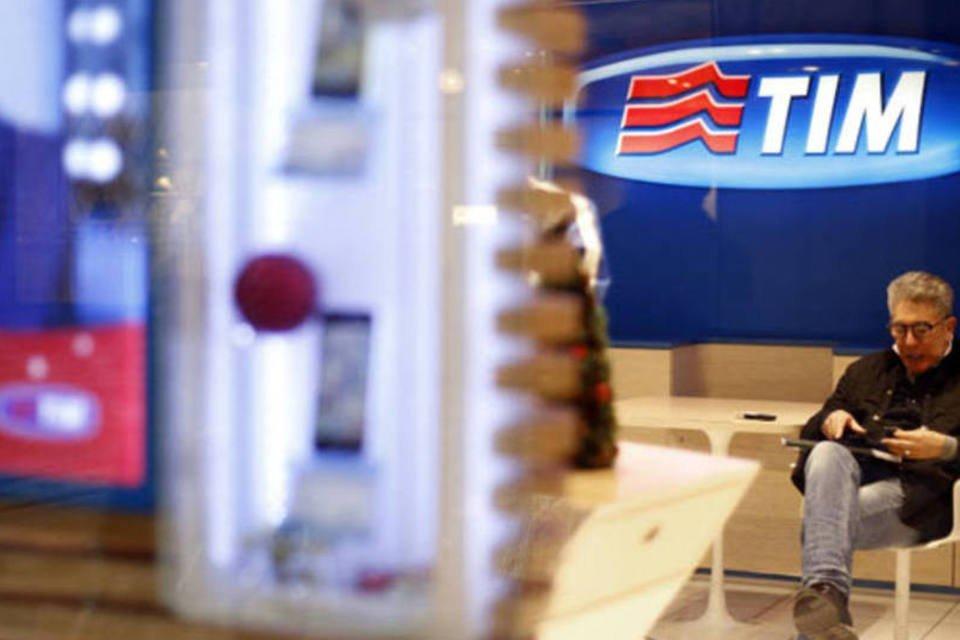 Consumidor aguarda atendimento em uma loja da TIM, a unidade de telefones móveis da Telecom Italia, em Milão