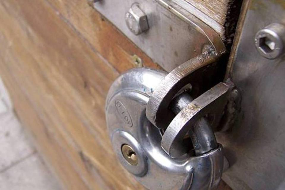 Cadeado trancando uma porta