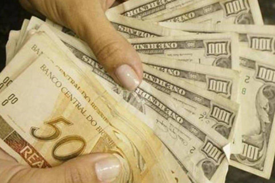 Pessoa troca notas de real por notas de dólar em casa de câmbio