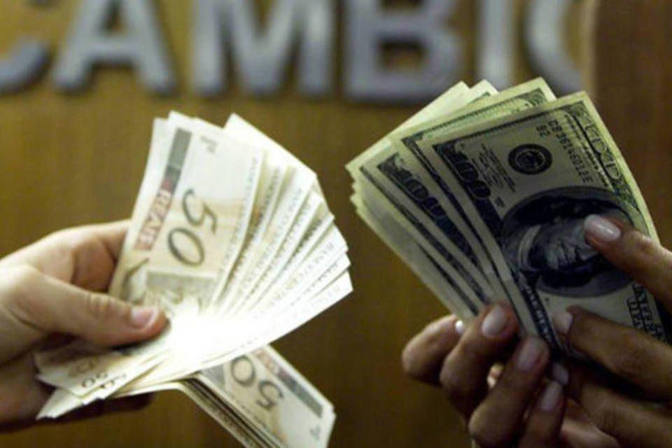 Câmbio: brasileiro negocia reais por dólares em corretora