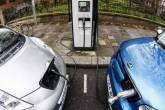 Dois carros elétricos em ponto de recarga em uma rua de Londres, Inglaterra