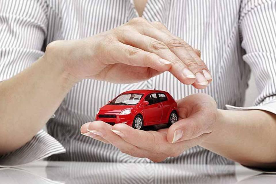 homem segurando carro de brinquedo nas mãos