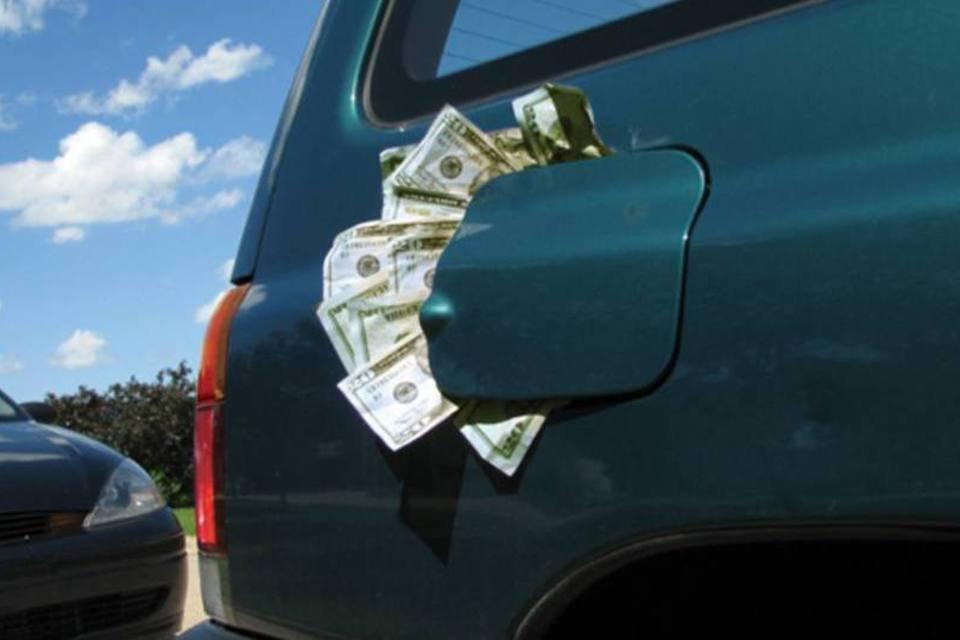 Carro com dinheiro no compartimento do combustível