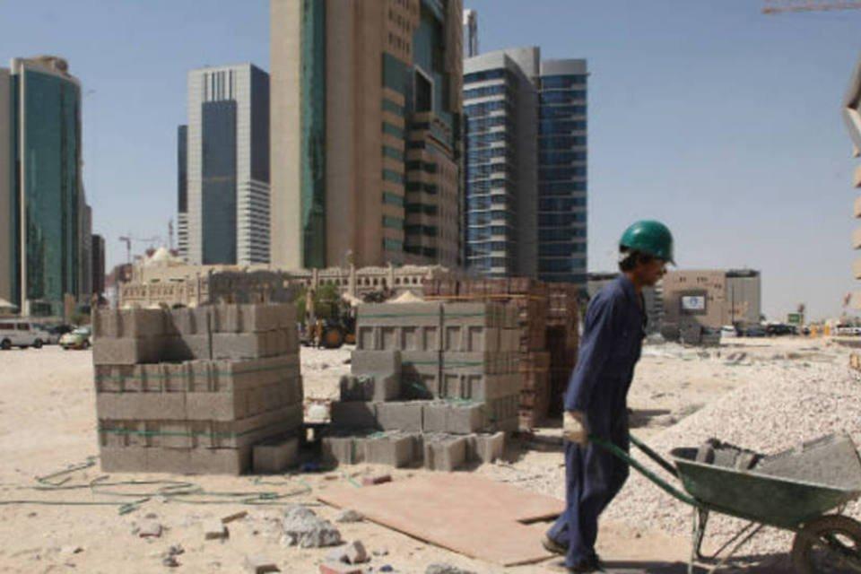 Em Doha, no Catar, operário trabalha em obra da Copa do Mundo de 2022