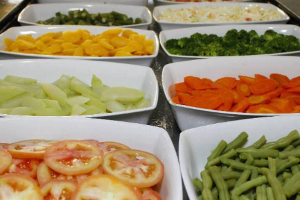 Alimentação: legumes cozidos e salada em restaurante por quilo