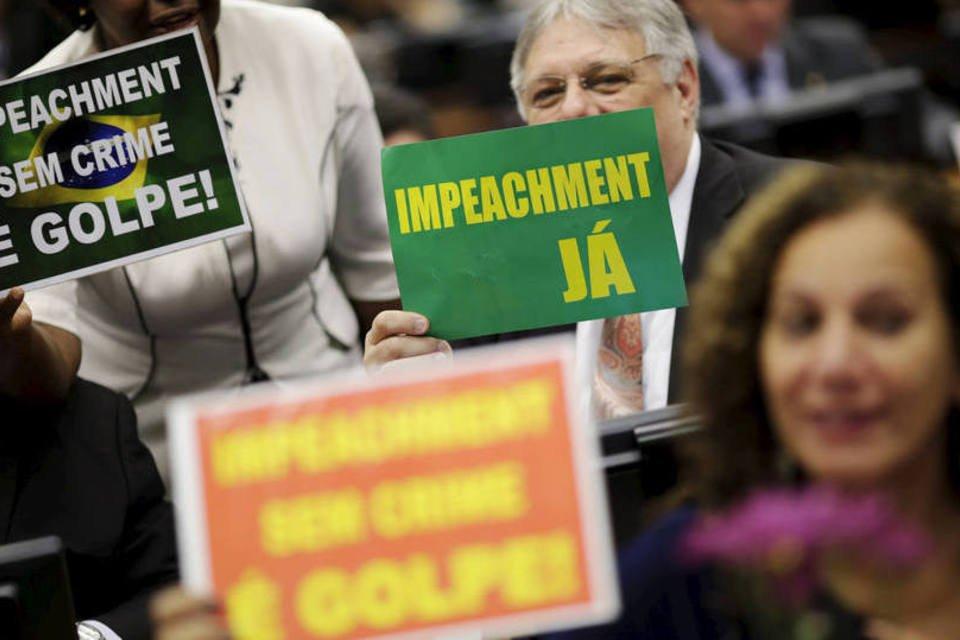 Deputados mostram placas contra e pró impeachment, na comissão do impeachment, dia 11/04/2016