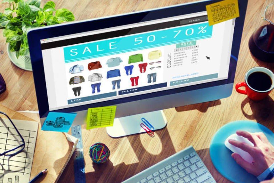 Computador com loja virtual na tela (e-commerce, comércio eletrônico)