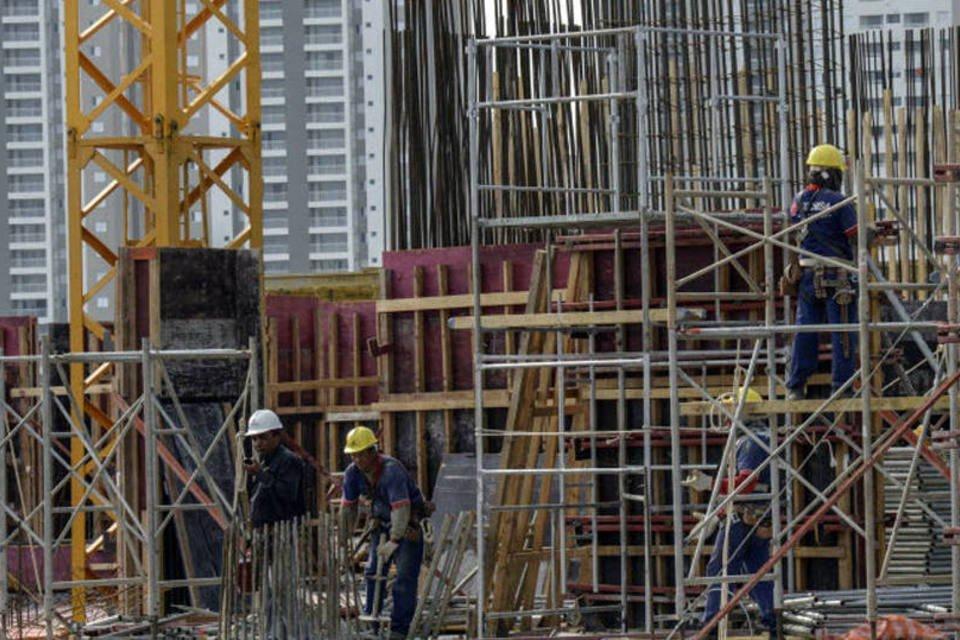 Operários trabalhando na construção de um prédio da Tecnisa em Jardim das Perdizes, em São Paulo