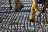 Infraestrutura: funcionários trabalham na construção de ponte