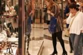 Consumidores no shopping Morumbi, olhando vitrines